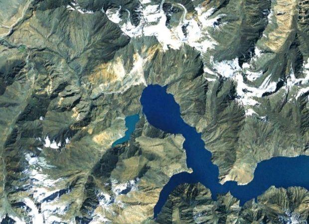 En 1967, des géologues ont remarqué des fissures de deux kilomètres de longueur sur la rive droite du lac Sarez