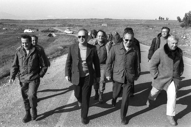 En 1975, Shimon Peres est ministre de la Défense, il est entouré de son conseiller en sécurité, Ariel Sharon et du Premier ministre Yitzhak Rabin.