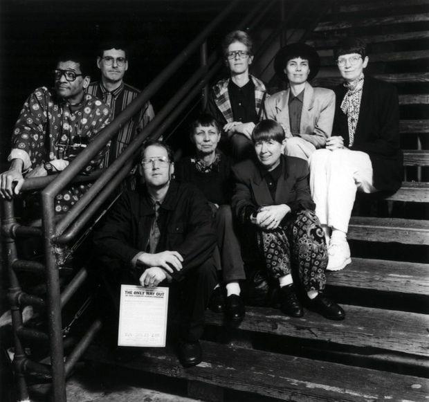 En 1994, trois ans avant la fin, ces membres de la « porte du paradis », pour la plupart informaticiens, sont en mission : ils vont distribuer leurs tracts sur la plage de Santa Monica.