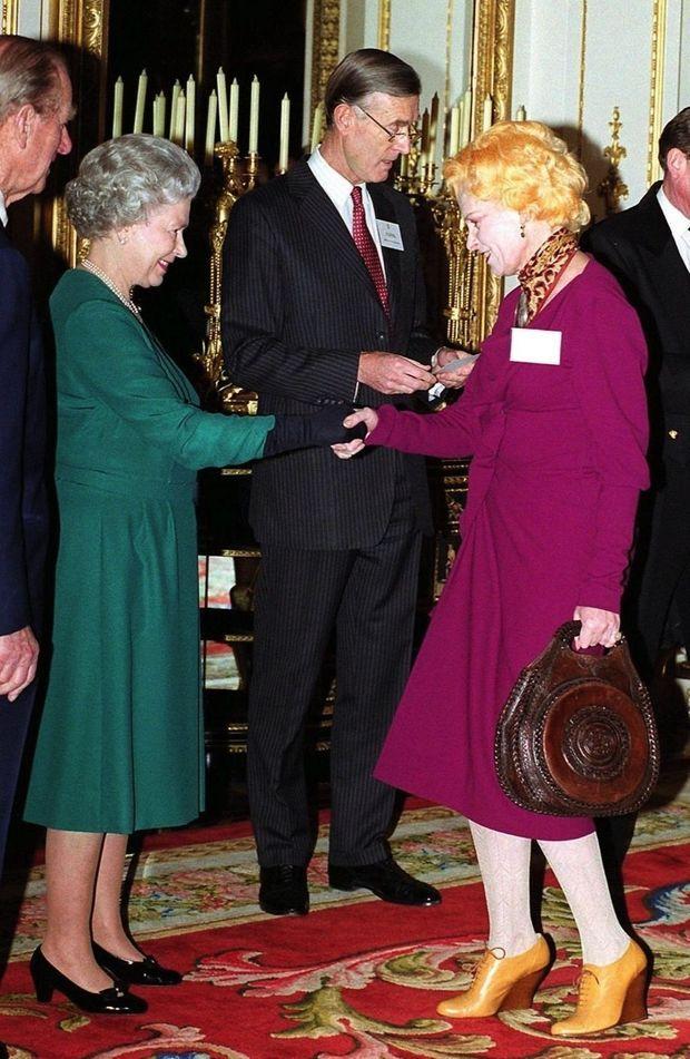 En 1999, elle est reçue par la Reine à Buckingham Palace.