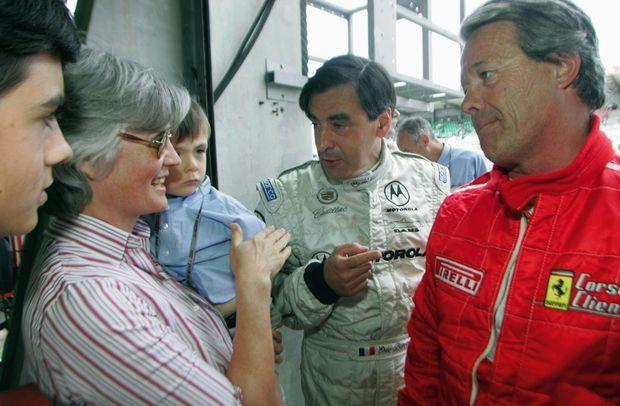 En 2004, entre deux manches de la course automobile Le Mans Classic. Arnaud dans les bras de sa mère et Edouard, le quatrième de leurs enfants.