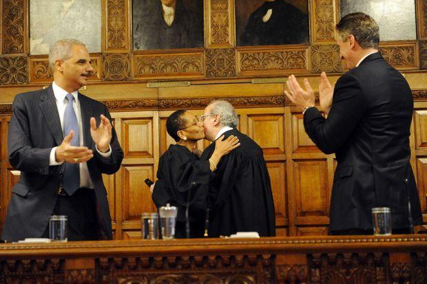En 2013, entourée du ministre de la Justice, Eric Holder et du gouverneur Robert J. Duffy. Elle est congratulée par le juge Jonathan Lippman.