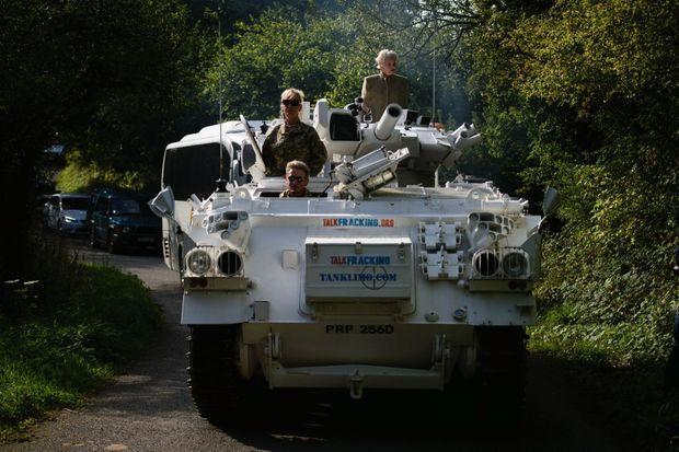 En 2015, postée sur un char d'assaut devant la maison du Premier ministre David Cameron, elle militait déjà contre la fracture hydraulique utilisée dans l'extraction du gaz de schiste.