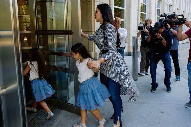 En 2018, Emma emmène les deux sœurs assister au procès de leur père, au tribunal fédéral de Brooklyn.