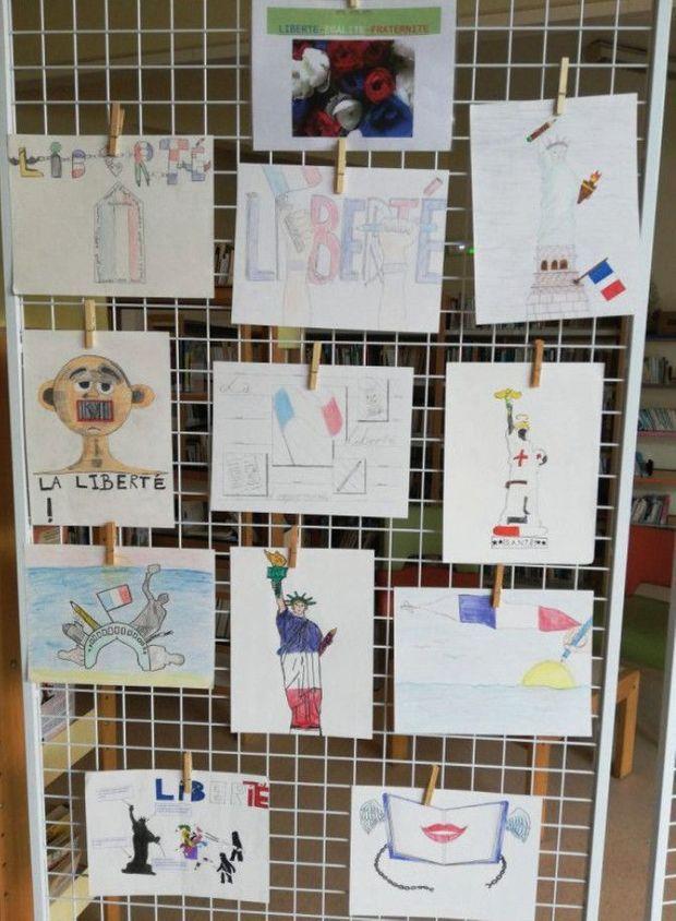 En 2019, le professeur avait organisé une exposition de dessins d'élèves sur le thème de la liberté.