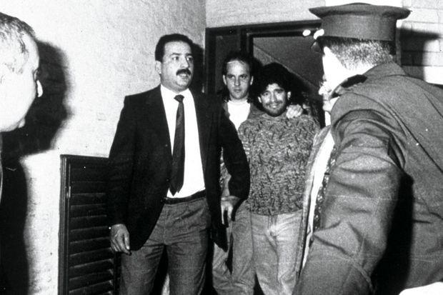 En avril 1991 à Buenos Aires, arrêté au domicile de son beau-frère où la police a trouvé 500 grammes de cocaïne. Ilsera condamné à quatorze mois de prison avec sursis.