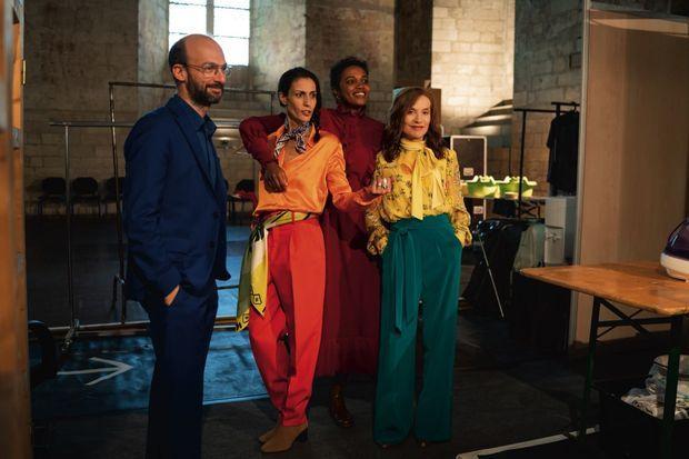 En costume, aux côtés de ses partenaires David Geselson, Isabel Abreu et Océane Cairaty, à l'intérieur du palais des Papes.