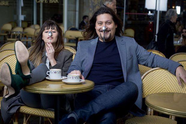 En duo… en terrasse à Paris. Lilou est sa première admiratrice.