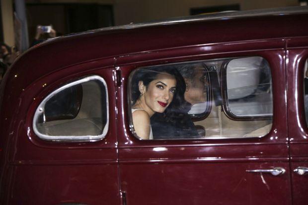 En limousine vintage, à Los Angeles pour la première d'« Ave César ! ».
