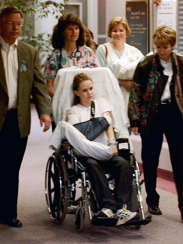 En mai 1999, Kacey sort de l'hôpital, encore sous le choc.