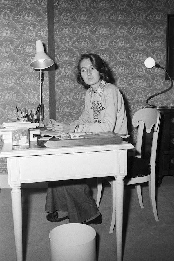 En novembre 1974, à Matignon, Laurence dans sa chambre, Laurence Chirac assise devant son bureau.