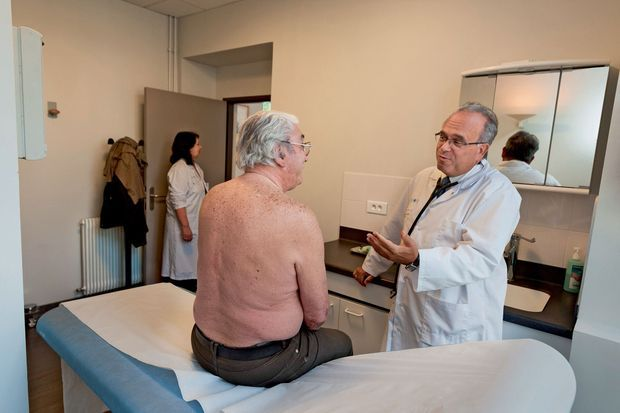En pleine consultation à l'hôpital de la Pitié-Salpêtrière, en mai 2012