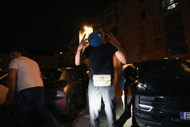 En pleine inhalation de protoxyde d'azote, un gaz hilarant dont le gouvernement veut interdire la vente aux mineurs. Sur le parking de la place André-Malraux.