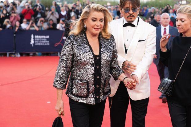 En tailleur Chanel, avec Johnny Depp, à qui elle va rendre un hommage pour l'ensemble de sa carrière, à Deauville, le 8 septembre.