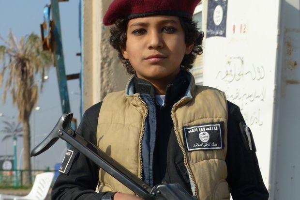 Un enfant enrôlé parmi les combattants de Daech.
