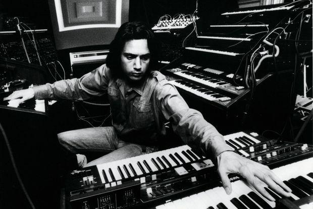 Enregistrement d'« Oxygène » en 1976. L'album, vendu à 18 millions d'exemplaires, fera la gloire et la fortune de Jean-Michel Jarre.