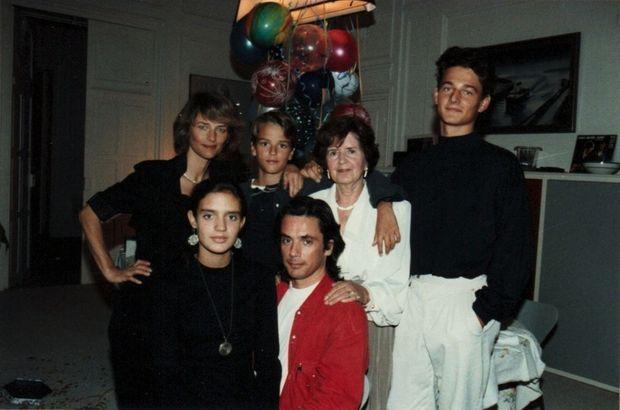 Entouré de sa tribu recomposée en 1987 : Charlotte Rampling et Emilie, David (au milieu) et Barnaby. Derrière Jean-Michel, sa mère, décédée en 2010.