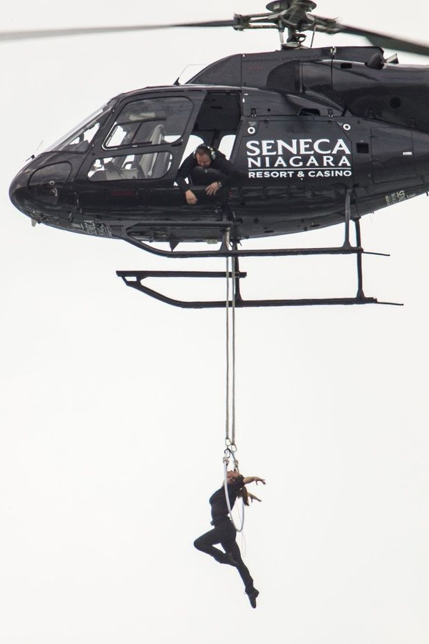Erendira Wallenda suspendue au-dessus des chutes du Niagara, jeudi dernier.