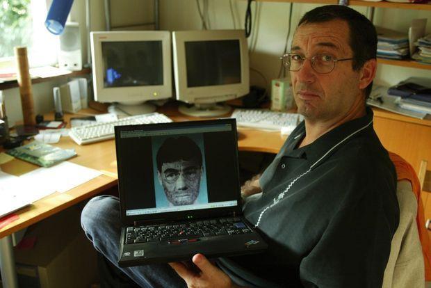Eric Mouzin avec le portrait-robot d'un « témoin important » établi en juin 2003. Estelle a disparu six mois auparavant.