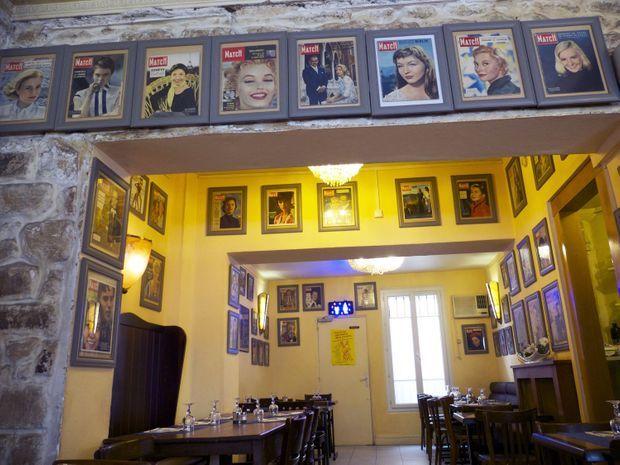 Aux murs de la salle du restaurant, s'affichent plus de 60 ans d'histoire de Paris Match qui s'affiche.