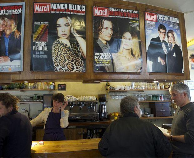 Au-dessus du bar, trônent plusieurs grandes Unes de Match avec Monica Bellucci, Johnny Depp et Vanessa Paradis, Yves Saint-Laurent et Catherine Deneuve...
