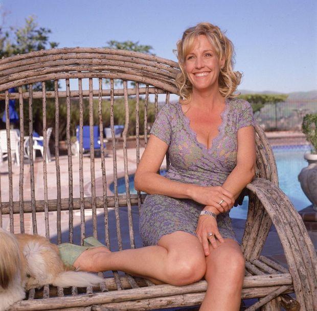 « Décolletés pigeonnants et talons aiguilles : la panoplie d'Erin. Elle n'a qu'une seule critique à adresser au film : 'Parfois, on voit dépasser le soutien-gorge de Julia Roberts, jamais je n'aurais fait cela.' » - Paris Match n°2660, 18 mai 2000. Erin Brockovich dans sa maison de Los Angeles, en avril 2000.