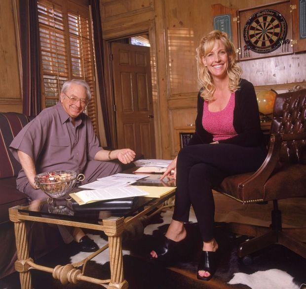 « L'avocat Ed Masry et Erin Brockovich qui travaille toujours pour lui, comme chef enquêtrice, avec des résultats plus que probants. » - Paris Match n°2660, 18 mai 2000.