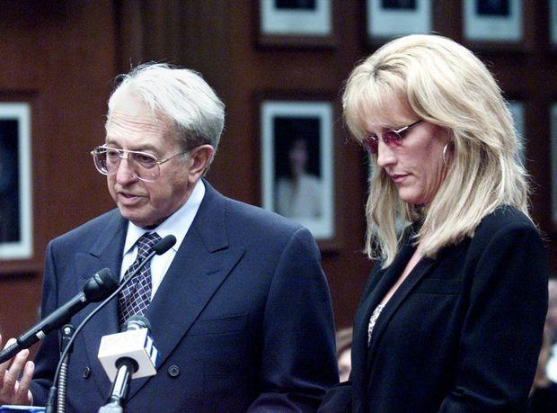 Ed Masry et Erin Brockovich, devant la commission du sénat de Californie sur la présence de chrome VI dans le réseau d'alimentation en eau potable de l'état, en 2001.