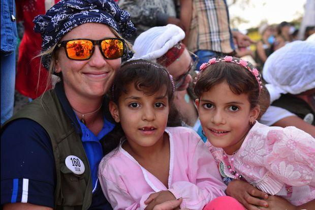 A El Fida, les enfants rencontrent les concurrentes alors qu'ils découvrent leur école tout en couleurs.