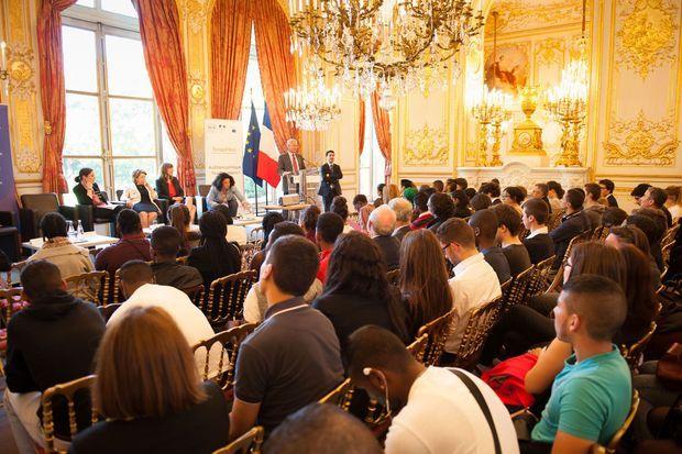 Dans le grand salon de l'hôtel de Lassay, Claude Bartolone accueille les lycéens.