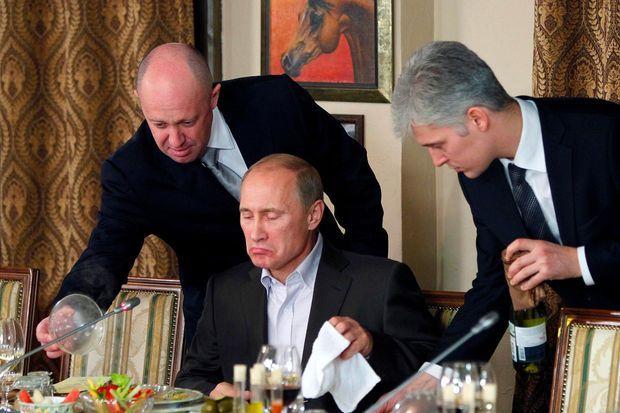 Evguéni Prigojine, à gauche, à côté de Vladimir Poutine.