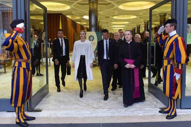 La princesse Charlène de Monaco à sa sortie de la 30e conférence internationale du Conseil pontifical pour la Pastorale de la santé au Vatican, le 21 novembre 2015