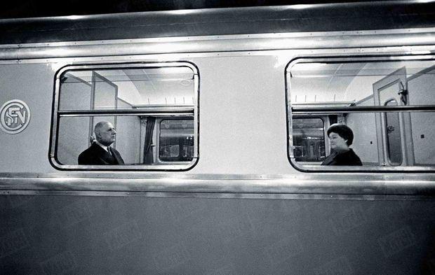Le président Charles de Gaulle et son épouse Yvonne, en gare de Lille avant leur retour à Paris par le train, après un voyage de quatre jours dans le Nord-Pas-de-Calais, en avril 1966.