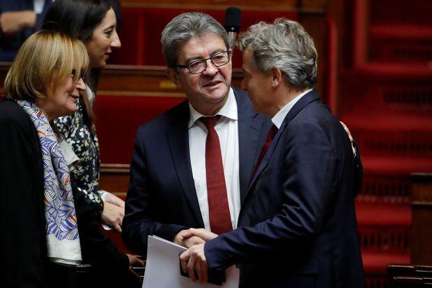 Jean-Luc Mélenchon et Fabien Roussel se saluent à l'Assemblée nationale, quelques jours après l'élection du second à la tête du PCF, fin novembre.