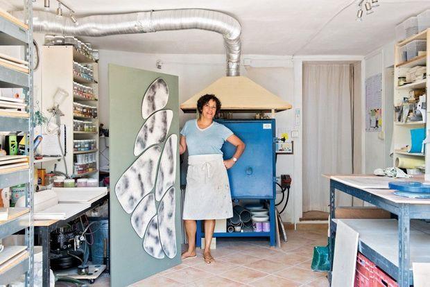 Sous la houlette de Tristan Auer, Fabienne L'Hostis a développé sa technique de raku pour créer des carreaux de céramique aux craquelures fumées qui dessinent de délicats paysages. C'était en 2015 pour l'hôtel Les Bains. Depuis, elle travaille d'arrache-pied sous les pins de Valbonne. Sa palette d'émaux subtils sera bientôt dans les plus beaux hôtels du monde. fabiennelhostis.com.