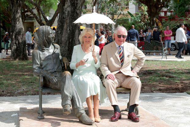 Face à Leurs Altesses Royales, John Lennon reste de marbre, enfin, de bronze… Le 26 mars.
