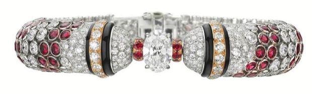 Faisant écho aux palines vénitiennes, un bracelet en diamants, onyx et spinelles rouges.