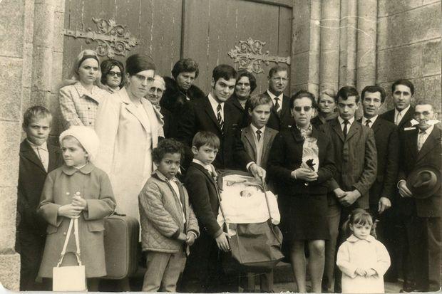La famille de Guy Georges. Le petit garçon qui deviendra le tueur de la Bastille se trouve au premier rang, à gauche.