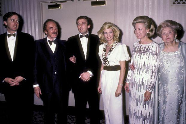 Réunis autour de Donald et Ivana, épousée en 1977, son frère Robert, son père, Fred, sa sœur Elizabeth et sa mère, Mary Anne, le 10 mai 1980, à New York.
