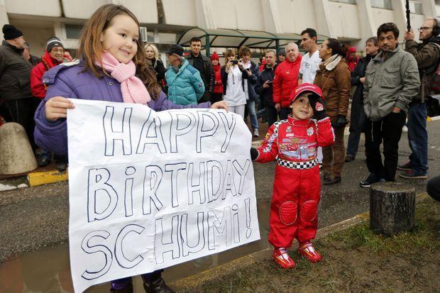 De jeunes fans devant le CHU de Grenoble vendredi.