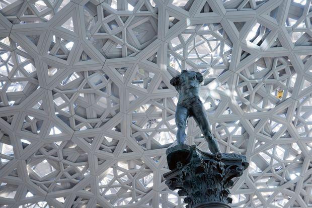 Sous le ciel constellé de 7850 étoiles, un des chefs d'oeuvre de Rodin, «L'homme qui marche sur colonne» (1913), installé à Abu Dhabi.