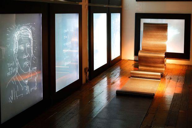 Fauteuil en maille d'acier London Papardelle et dessins d'amis artistes du designer, gravés sur verre.