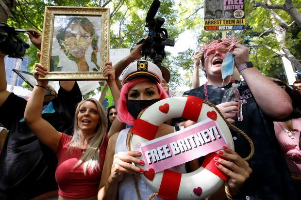 Des centaines de fans de Britney Spears étaient réunis devant le tribunal de Los Angeles mercredi.