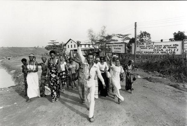 Début 1978, Fela Kuti défile devant l'objectif de Gilles Verdili avec ses épouses, le poing levé en signe d'une lutte qu'il poursuivra encore presque vingt ans