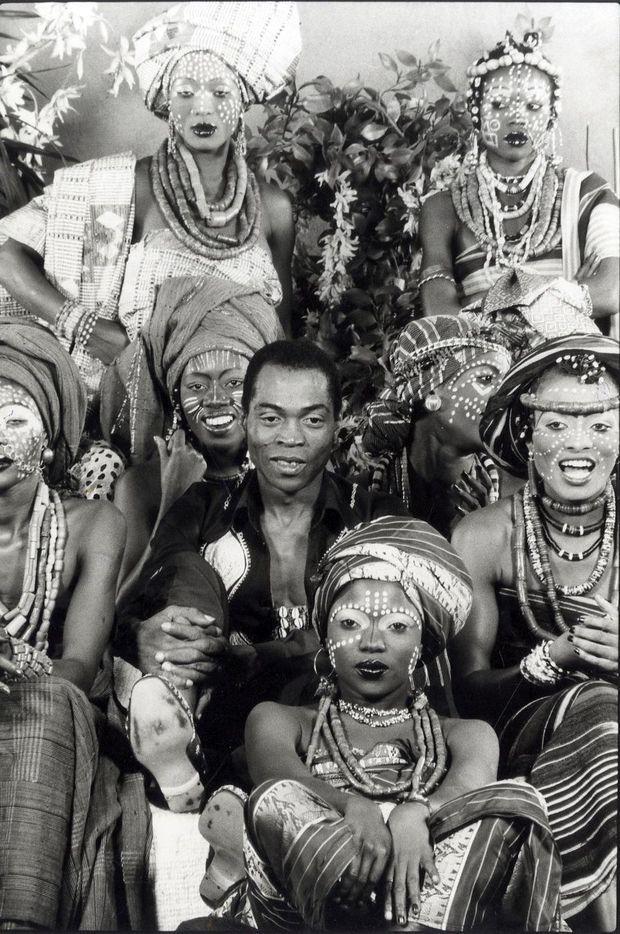 Fela Kuti sous photographié avec ses danseuses, Lagos, Nigeria. 1978.