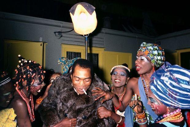 Fela Kuti à la sortie du Shrine, Lagos, Nigeria, le club mythique où est né l'Afrobeat
