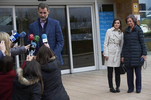 Le roi Felipe VI d'Espagne parle à la presse de l'opération de son père, à Madrid le 7 avril 2018