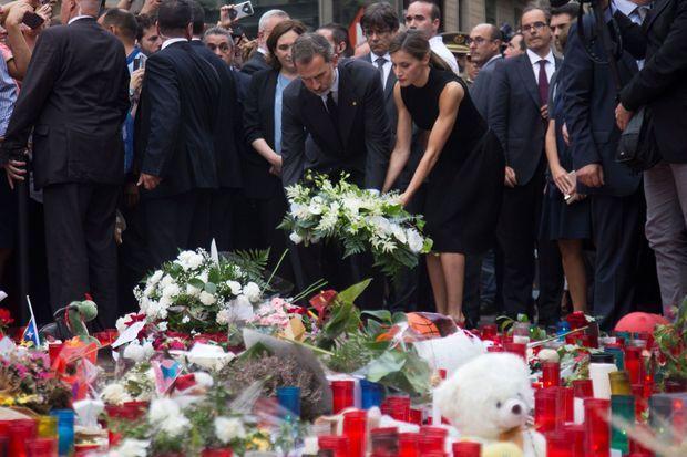 Felipe VI et Letizia d'Espagne sur les Ramblas, samedi.