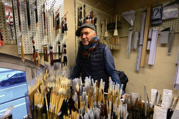 """Jules-François Ferrillon chez Sennelier, à Paris, où le héros de son roman """"faussaire"""" (Ed. L'âge d'homme) se fournit en pigments."""