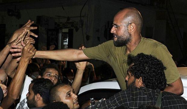 Le deuxième fils de Mouammar Kadhafi, que l'on a dit capturé par les rebelles, est apparu lundi étonnamment détendu, aux côtés de militants du régime dans Tripoli, pourtant secouée par les combats. Celui qui incarne le pouvoir libyen ces derniers mois face aux médias refuse de céder le devant de la scène. Saïf Al-Islam serre des mains, et donne le change auprès des militants.